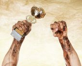 Gold cup in dirty hands — Stock Photo
