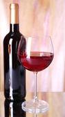 Rött vin glas och flaska — Stockfoto