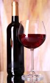 Botella y copa de vino tinto — Foto de Stock