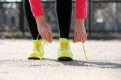 Runner tying shoelaces — Stock Photo