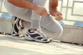 Runner tying shoelaces — Stock Photo