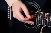 Chitarra acustica in mani femminili, Close-up — Foto Stock