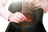 Акустическая гитара в руках девушки, крупным планом — Стоковое фото