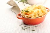 Pasta baked with shrimps and cheese in ceramic pot — Stock Photo