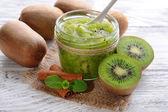 Heerlijke kiwi jam op tabel close-up — Stockfoto