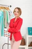молодая девушка в магазине, покупая одежду — Стоковое фото