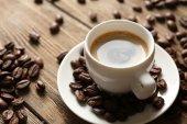 Taza de café en la mesa de madera — Foto de Stock