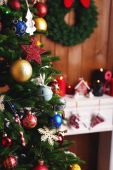 Fireplace with Christmas decorations — Stockfoto