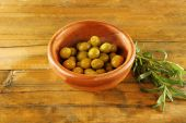 Green olives in the round bowl — Stock Photo