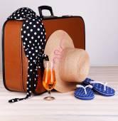 Vintage valise met zomer items op houten bord — Stockfoto