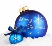 Hermosa navidad bolas azules sobre la nieve, aisladas en blanco — Foto de Stock