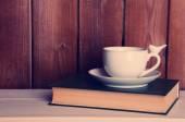 旧书和杯咖啡桌上 — 图库照片