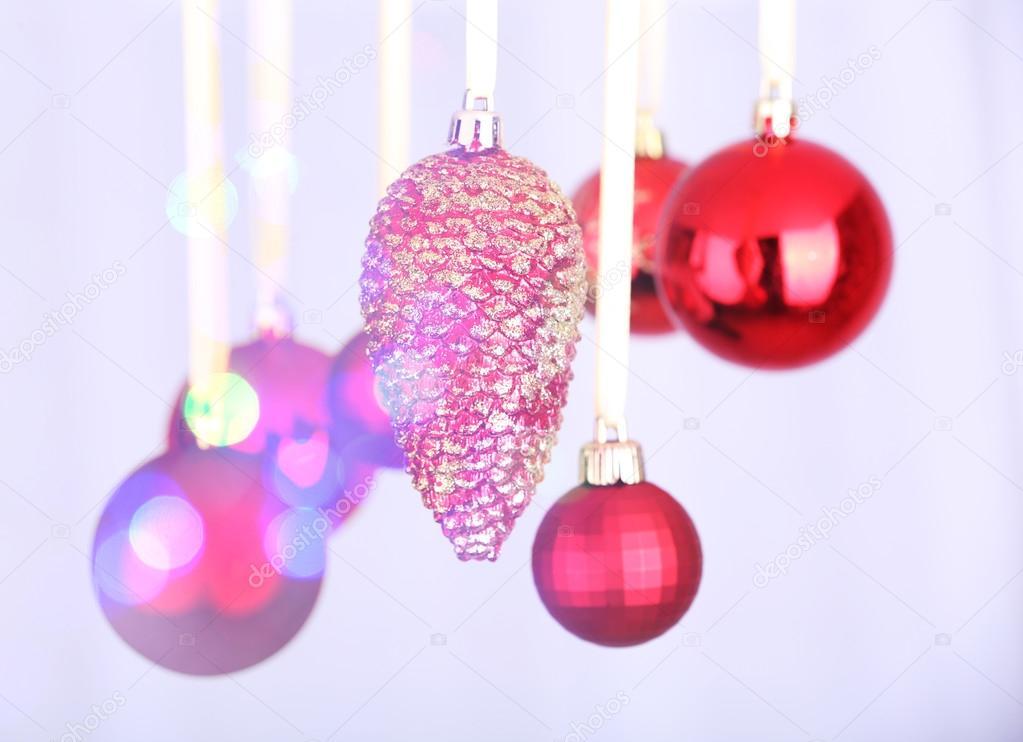 adornos navideos colgantes sobre fondo festivo u imagen de stock