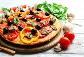 Läcker pizza serveras på träbord — Stockfoto