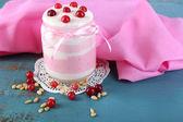 малиновый молочный десерт — Стоковое фото