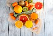 Fruits and vegetables and fresh juice — Stock Photo