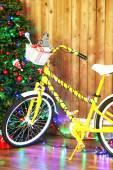 Fiets in de buurt van de kerstboom — Stockfoto
