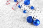 Christmas composition on snow — Stockfoto