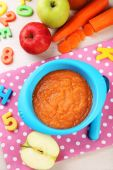 Comida para bebé na bacia — Fotografia Stock