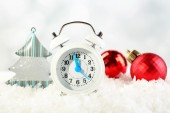 Clock with Christmas decorations — Stockfoto