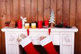 Рождественские носки на камин — Стоковое фото