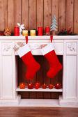 Vánoční ponožky na krb — Stock fotografie