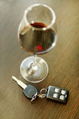 Alcoholic drink and car key — Stock Photo