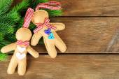 Gingerbread men and fir tree — Stock Photo
