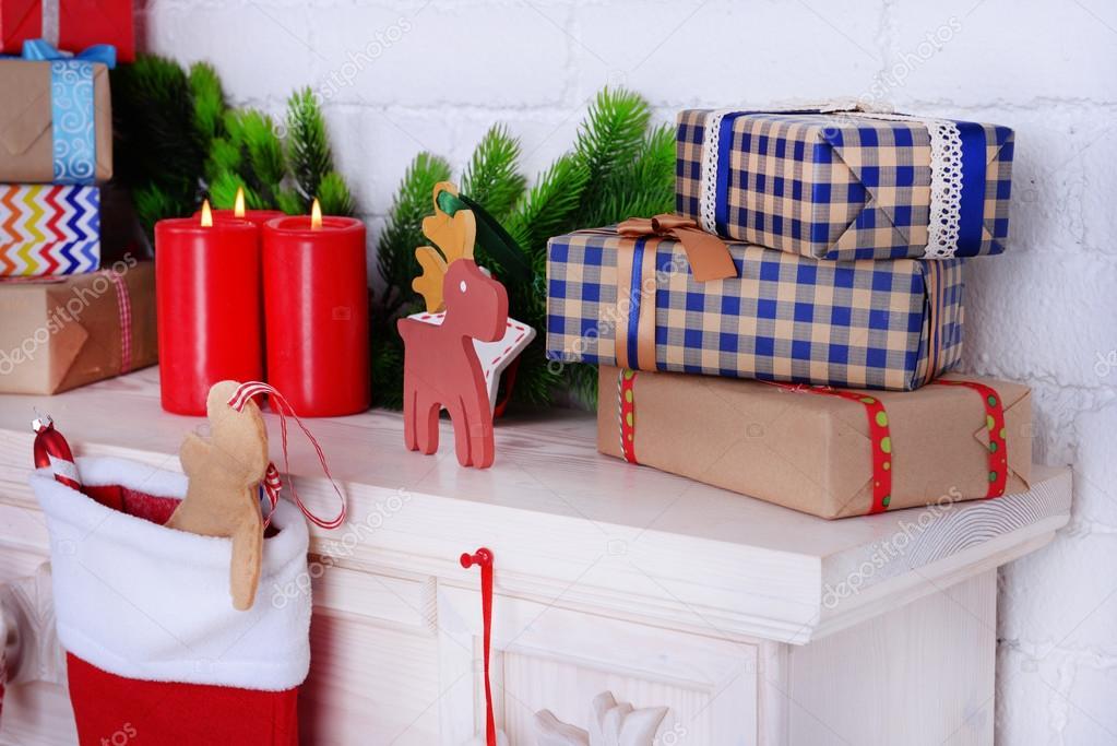 Chimenea con regalos y decoración de la navidad — foto de stock ...