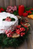 Christmas cake with wreath — Zdjęcie stockowe
