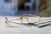 Glasses and newspapers close-up — Stock Photo