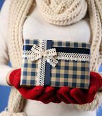 Gift box in female hand — Fotografia Stock