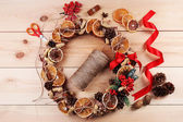 Christmas wreath with materials for decorating — Stockfoto
