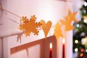 Christmas garland near fireplace — Stockfoto