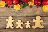 Vánoční cukroví a ovoce na dřevěný stůl — Stock fotografie