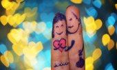 Lovers fingers on bokeh background — Stock Photo