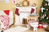 красивый рождественский интерьер с диваном, декоративным камином и елью — Стоковое фото