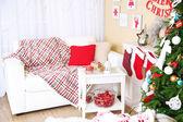 Hermoso interior Navidad con sofá, chimenea decorativa y abeto — Foto de Stock