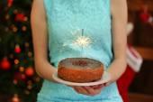 Mujer sabrosa tarta con luces de Bengala — Foto de Stock
