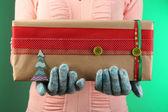 Coffret en main féminin sur fond de couleur — Photo