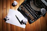 Zabytkowe maszyny do pisania. Vintage maszyn do pisania na drewnianym stole — Zdjęcie stockowe