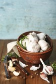 Raw garlic and spices on wooden table — ストック写真