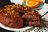 Chocolate cake with chocolate cream on wooden table close-up — Foto de Stock