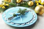 Christmas table setting in blue, golden and whitec olors on grey tablecloth background — Стоковое фото