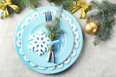 Christmas table setting in blue, golden and whitec olors on grey tablecloth background — Foto de Stock