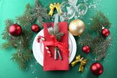 Stylish red, green and white Christmas table setting — Stock Photo