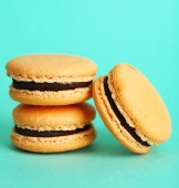 Gentle colorful macaroons on color background — Zdjęcie stockowe