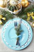 Kerst tabel instelling in blauw, gouden en whitec olors op grijs tafellaken achtergrond — Stockfoto