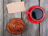 Composición del café, pan dulce y tarjeta de papel sobre fondo de madera — Foto de Stock