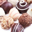 Assortiment de chocolats sur fond blanc — Photo #61735589